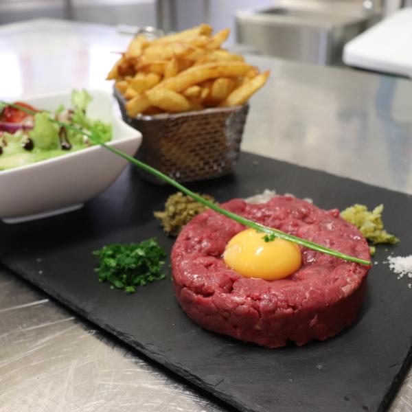Le steak tartare coupé au couteau